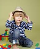 Enfant jouant avec des blocs, la mode et l'habillement photographie stock