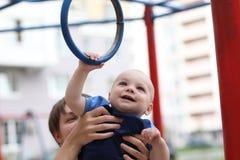Enfant jouant avec des boucles Photo stock