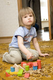 Enfant jouant avec des jouets Photographie stock