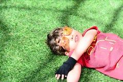 Enfant jouant avec des lunettes de soleil Photos stock