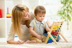 Enfant jouant avec l'abaque Photographie stock