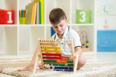 Enfant jouant avec l'abaque Image stock