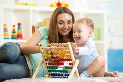 Enfant jouant avec l'abaque Photo stock