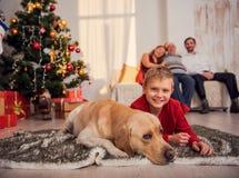 Enfant jouant avec l'animal familier en vacances Images libres de droits