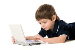 Enfant jouant avec l'ordinateur portatif Images stock