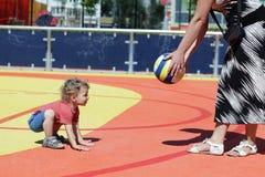 Enfant jouant avec la boule Image libre de droits