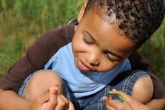 Enfant jouant avec la coccinelle Photographie stock