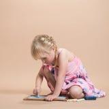 Enfant jouant avec la craie Photos stock