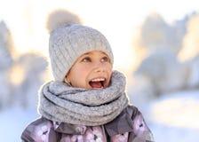 Enfant jouant avec la neige en hiver photographie stock
