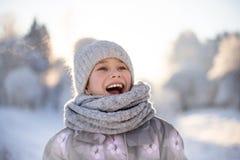 Enfant jouant avec la neige en hiver image libre de droits