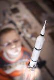 Enfant jouant avec la vraie fusée imaginaire Images stock