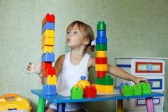 Enfant jouant avec le constructeur Photo stock