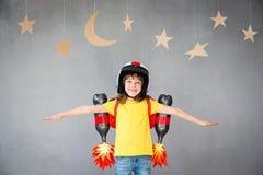 Enfant jouant avec le paquet de jet à la maison Photo libre de droits