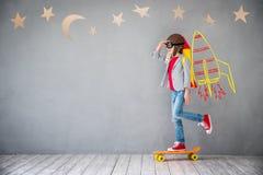 Enfant jouant avec le paquet de jet à la maison image libre de droits