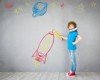 Enfant jouant avec le paquet de jet à la maison Image stock