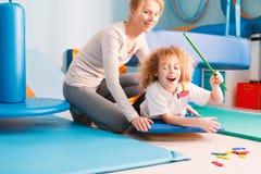 Enfant jouant avec le physiothérapeute Photographie stock libre de droits