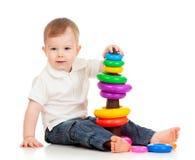Enfant jouant avec le pyramidion de jouet de couleur Images libres de droits