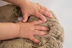 Enfant jouant avec le sable cinétique Les expériences sensorielles du bébé photos stock