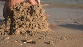 Enfant jouant avec le sable, lent-MOIS clips vidéos