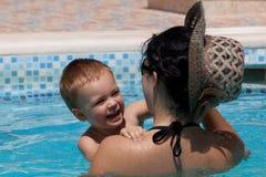 Enfant jouant avec sa mère Photo stock