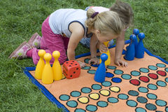 Enfant jouant avec un panneau Image libre de droits