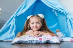 Enfant jouant avec une tente de tipi Images libres de droits
