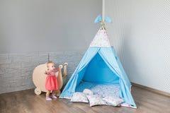 Enfant jouant avec une tente de tipi Image libre de droits
