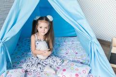 Enfant jouant avec une tente de tipi Photographie stock libre de droits