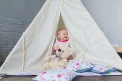 Enfant jouant avec une tente de tipi Photographie stock