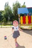 Enfant jouant avec une voiture de jouet Image stock