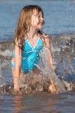 Enfant jouant dans l'océan Image libre de droits