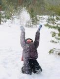 Enfant jouant dans la neige Images libres de droits