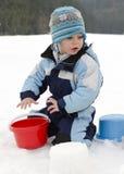 Enfant jouant dans la neige Image libre de droits
