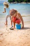 Enfant jouant dans la plage Photos stock