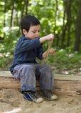 Enfant jouant dans le bac à sable Images libres de droits