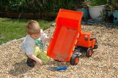 Enfant jouant dans le jardin. Photographie stock