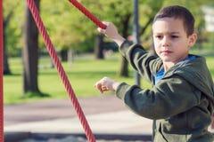 Enfant jouant dans le playinground en parc Photographie stock libre de droits