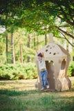 Enfant jouant dans un vaisseau spatial de carton pigeons de paix d'eco de concept Image libre de droits