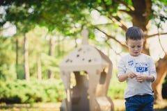 Enfant jouant dans un vaisseau spatial de carton pigeons de paix d'eco de concept Photo libre de droits