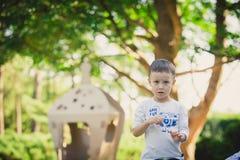 Enfant jouant dans un vaisseau spatial de carton pigeons de paix d'eco de concept Photos libres de droits