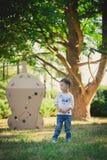 Enfant jouant dans un vaisseau spatial de carton pigeons de paix d'eco de concept Photographie stock