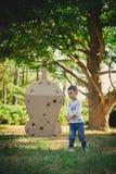 Enfant jouant dans un vaisseau spatial de carton pigeons de paix d'eco de concept Photographie stock libre de droits