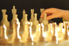 Enfant jouant des échecs Photo stock