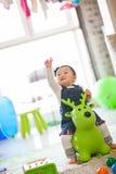 Enfant jouant des jouets image stock
