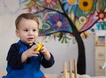 Enfant jouant des jouets Images stock
