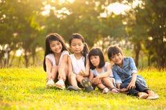 Enfant jouant en parc Photos libres de droits