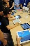 Enfant jouant Ipad2 Images libres de droits