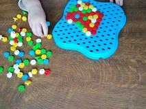 enfant jouant la mosaïque à la table en bois photo libre de droits