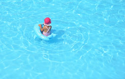 enfant jouant la natation de regroupement Images stock