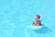 enfant jouant la natation de regroupement Photographie stock libre de droits